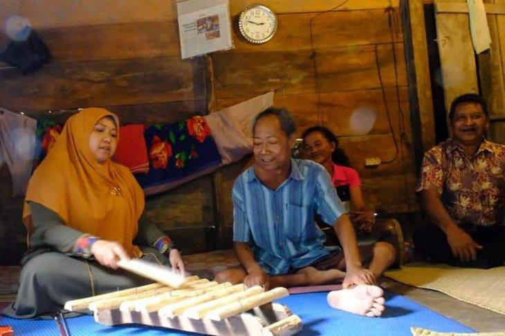 Bupati Masnah jenguk seniman Jambi yang berjuang melawan tumor