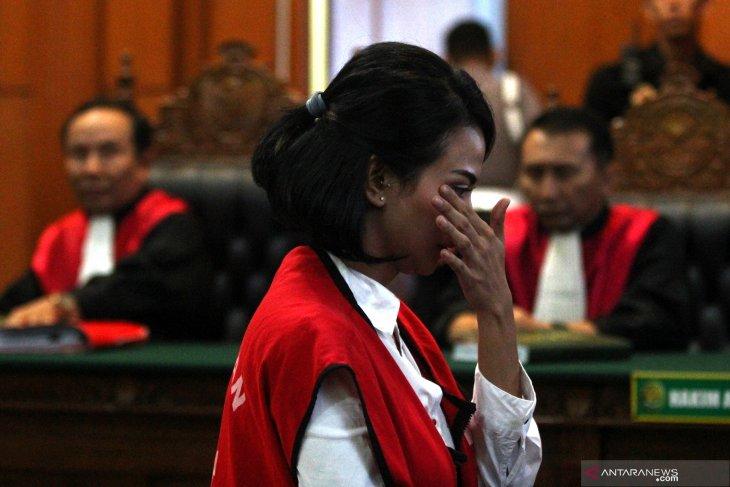 Divonis 5 bulan penjara, Vanessa menangis