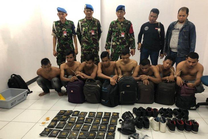 Delapan warga Aceh diamankan di Bandara Pekanbaru terkait penyuludupan empat kilogram sabu