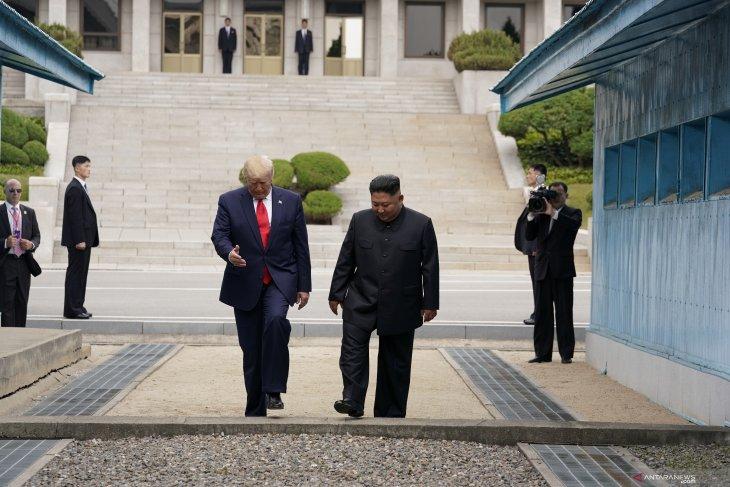 Donald Trump injakkan kaki di Korea Utara dan bertemu Kim
