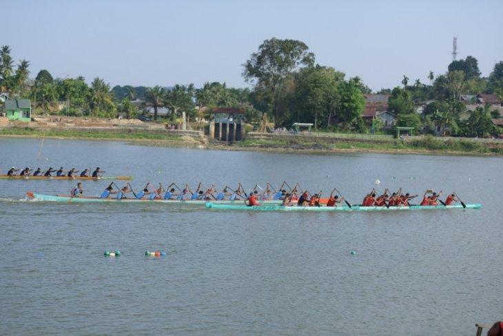 Ribuan warga saksikan lomba pacu perahu Danau Sipin Jambi