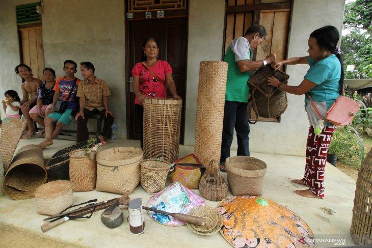 Suku Dayak Seberuang Penjaga Hutan Adat