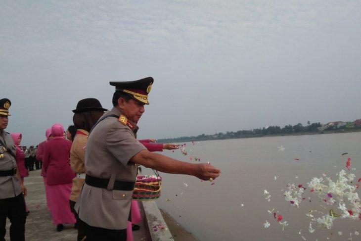 Polda Jambi tabur bunga di Sungai Batanghari