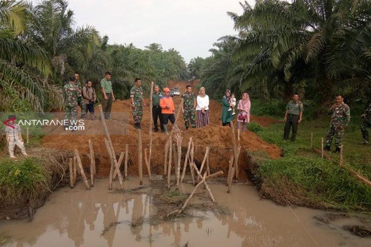 Bersama masyarakat TNI mulai perbaiki jembatan penghubung antar kelurahan