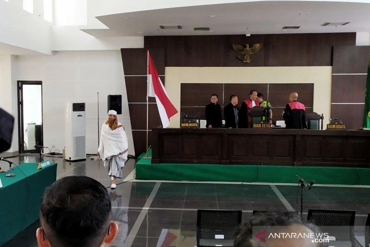 Habib Bahar Smith cium Bendera Merah Putih usai divonis tiga tahun penjara