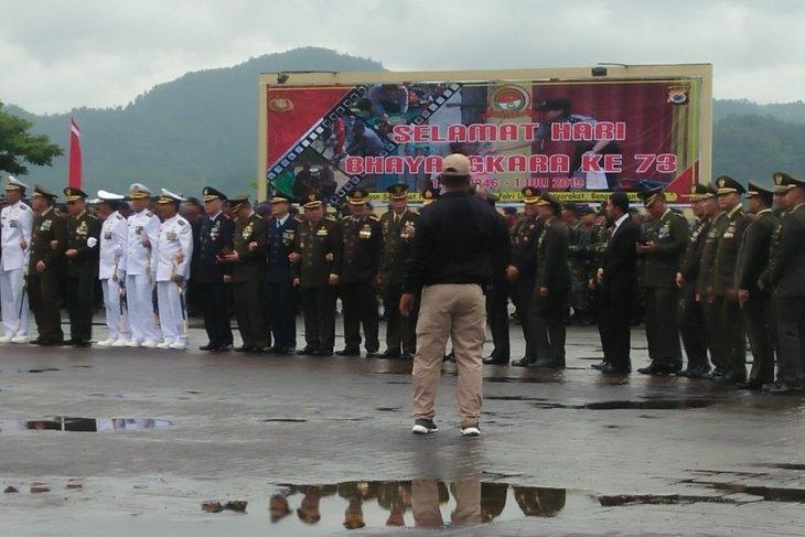 Lagu Mars TNI warnai peringatan Hari Bhayangkara di Polda Maluku