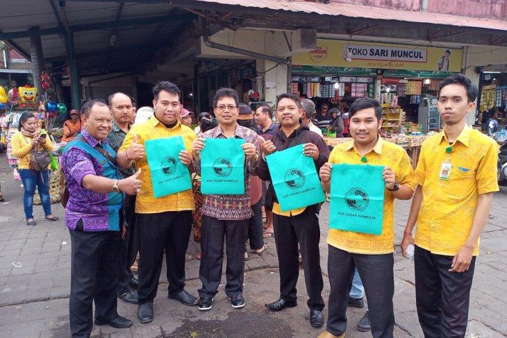 Diskop UMKM Denpasar bagikan tas belanja ramah lingkungan