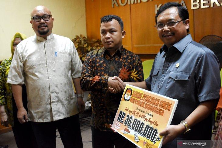 KPU serahkan santunan untuk keluarga petugas KPPS yang meninggal di Bekasi