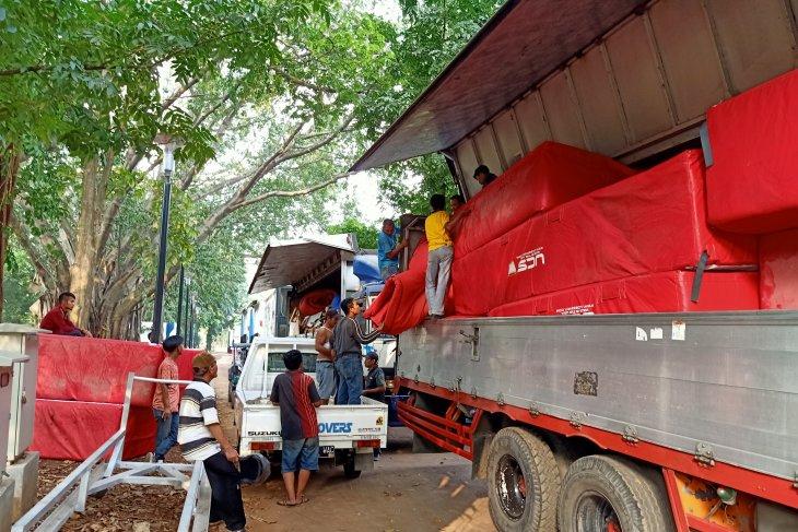 Enam truk kontainer angkut peralatan Kejurnas Atletik