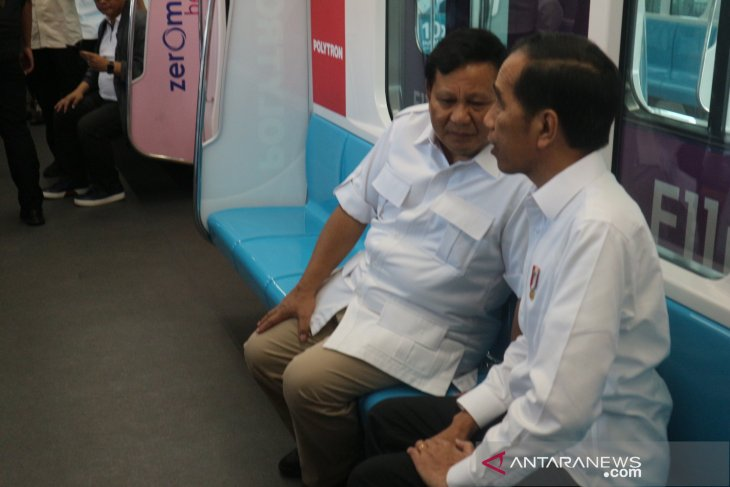 Jokowi, Prabowo ride MRT train to go for lunch together