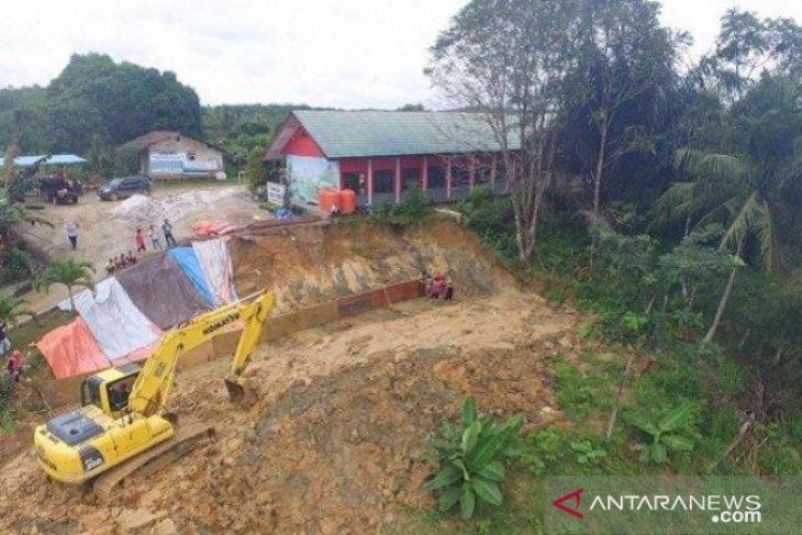 Pembangunan siring di Desa Bukit Raya akibat longsor capai 90 persen
