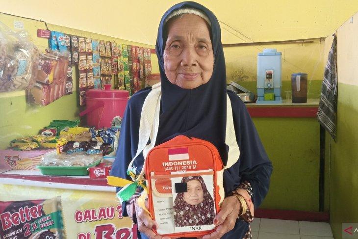 Menabung Rp30 ribu per hari akhirnya nenek Idil naik haji