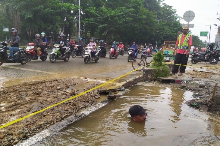Pipa air PDAM bocor, Jalan Sisingamangaraja Medan tergenang