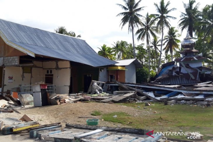 Helicopter helps distribute aid in quake-stricken South Halmahera