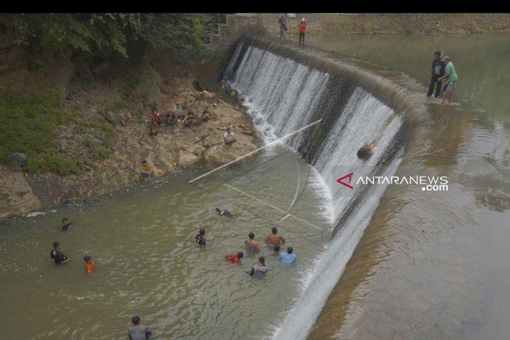 Ritual nyadran, warga Trenggalek lempar kepala kerbau ke Sungai Bagong