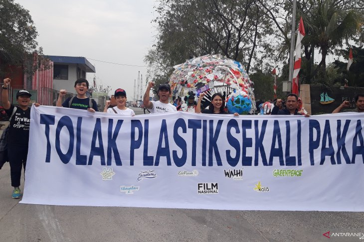 Plastic monster raises Indonesians' awareness  of menace of plastic