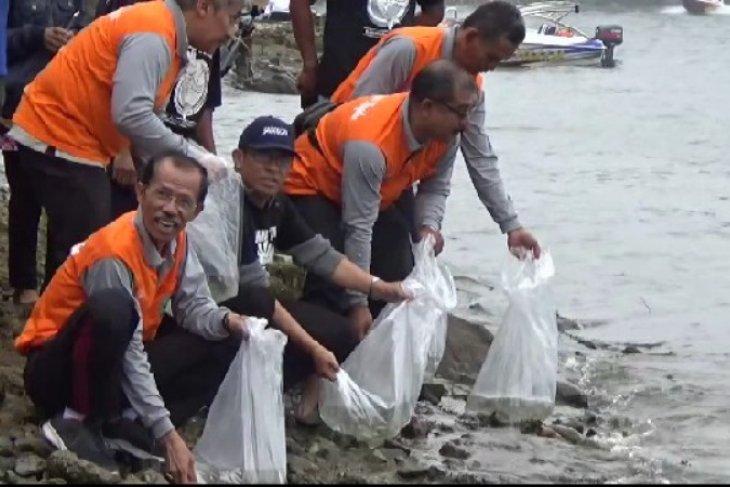 Pemkab Magetan tebar 15.000 benih ikan dewa di Telaga Sarangan
