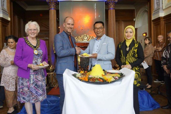 Ridwan Kamil inaugurates Sundanese Culture Corner in UK