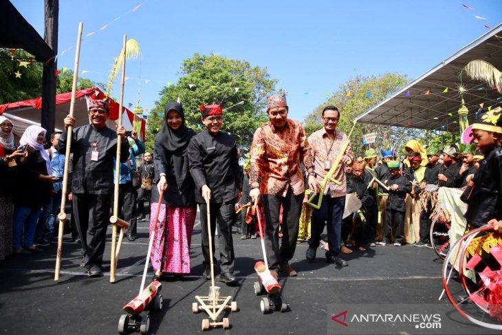Wakil Ketua KPK-Bupati Anas bermain permainan tradisional di Banyuwangi