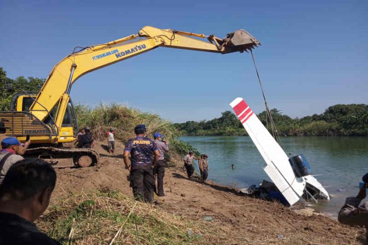 Officers successfully pull out aircraft from Cimanuk River bed