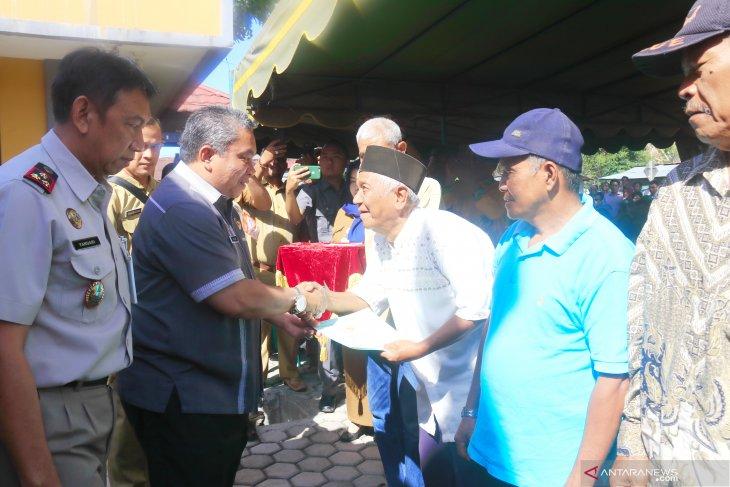Wali Kota Banjarbaru bagikan sertifikat PTSL