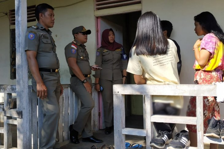Dua pelajar putri diamankan saat sekamar dengan seorang mahasiswa di Putussibau