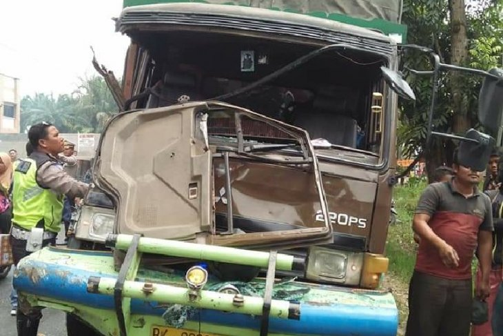 Truk barang tabrak 5 kendaraan, satu orang tewas