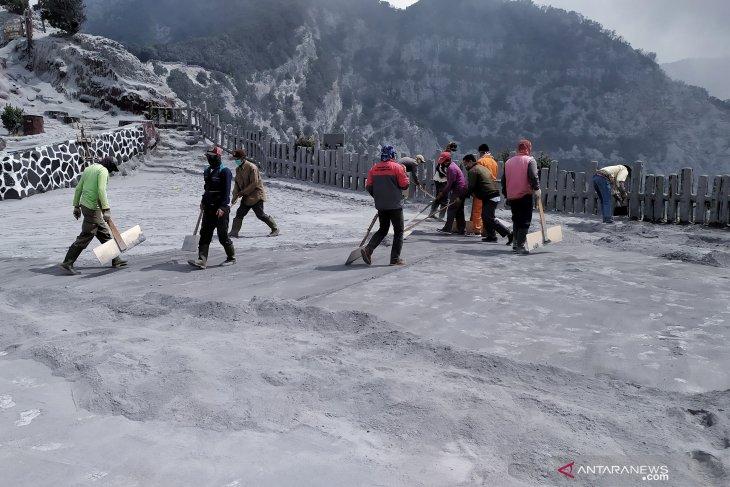 Pengelola Tangkuban Parahu bersihkan abu vulkanik