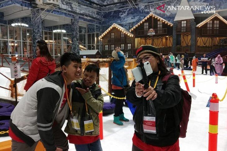 Serunya anak-anak berkebutuhan khusus bermain salju rayakan Hari Anak