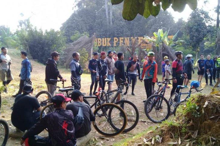 Komunitas sepeda serbu obyek wisata Lubuk Penyengat