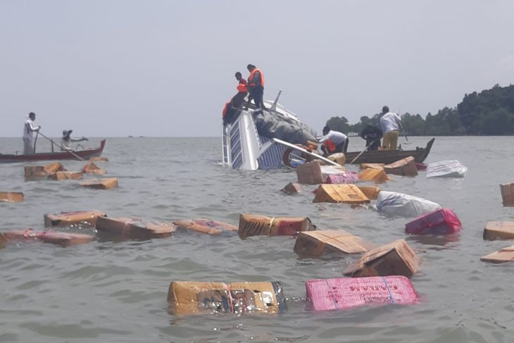 Riau Islands Marine Police evacuate Tenggiri boat