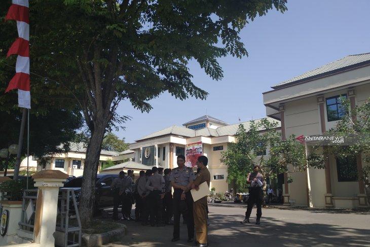 Puluhan personel polisi jaga ketat kantor Bupati HST, ada apa?