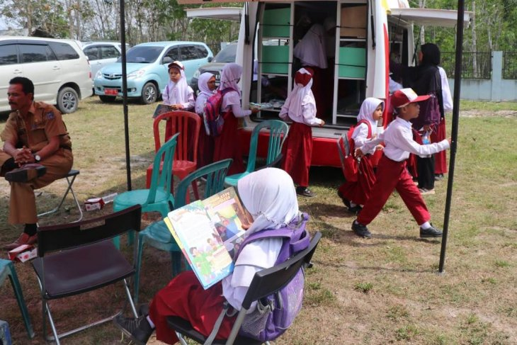 Roadshow gerakan membaca melalui mendongeng di Desa Terjun Gajah Tanjabbar
