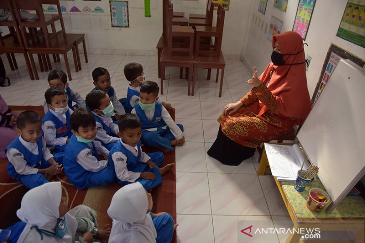 Haze enveloping Pekanbaru compels students to wear face masks