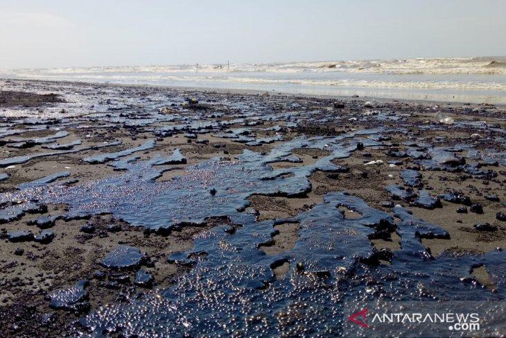 Walaupun terus dibersihkan, limbah minyak mentah di Karawang semakin bertambah
