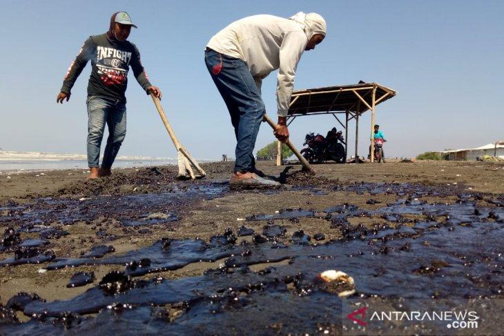 Karawang's salt farmers suffer losses from Pertamina's oil spill