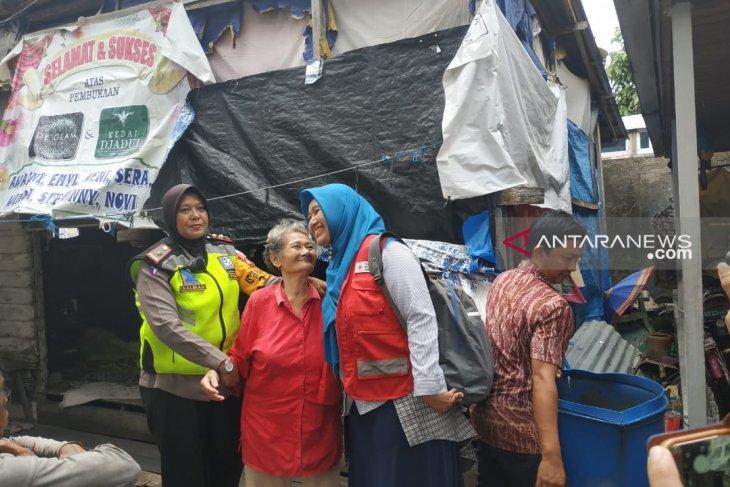 Polwan dan PMI berikan bantuan pada Supardini dan anaknya Ria yang difabel