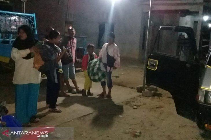 Warga Bengkulu pantau air laut pascagempa magnitudo 7,4
