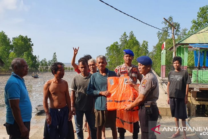 Satpolair Bangka Barat sosialisasi pentingnya keselamatan kepada nelayan