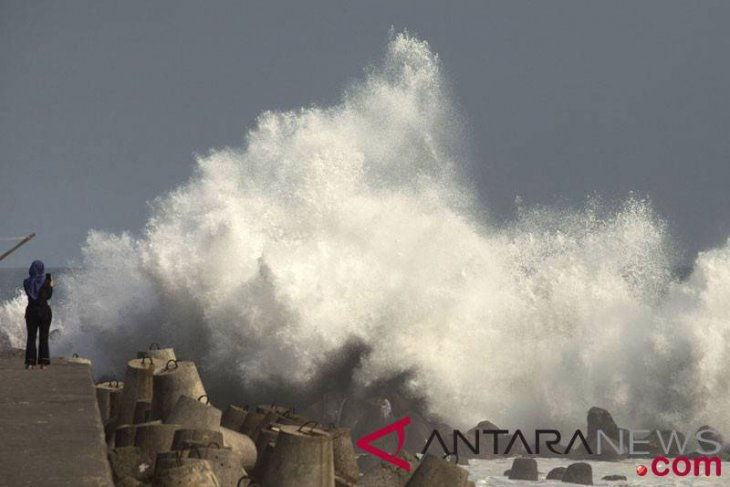 Waspadai gelombang tinggi akibat badai tropis Lekima