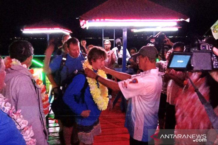 Perahu layar Antipodes finis pertama di Pantai Amahusu