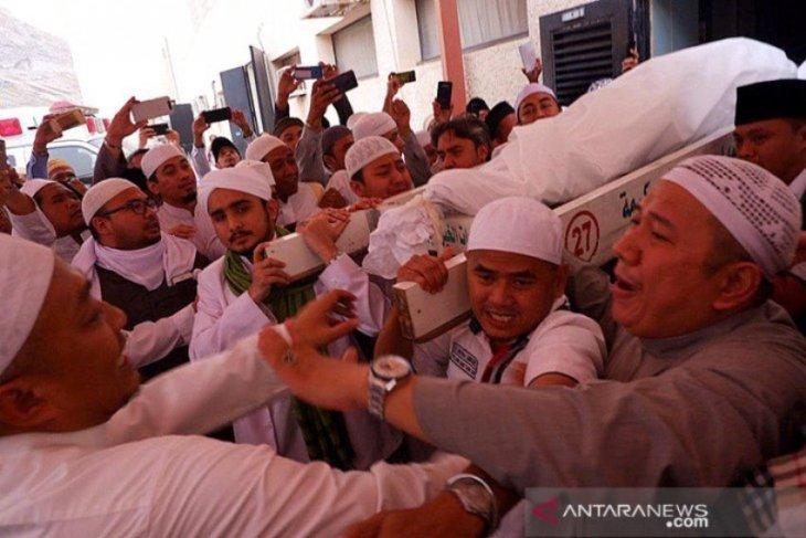 Jemaah Haji Indonesia menggotong jenazah Mbah Moen di Mekkah