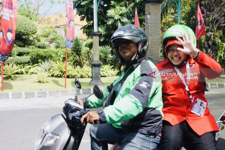 Risma menumpang ojek daring hadiri kongres V PDIP di Bali