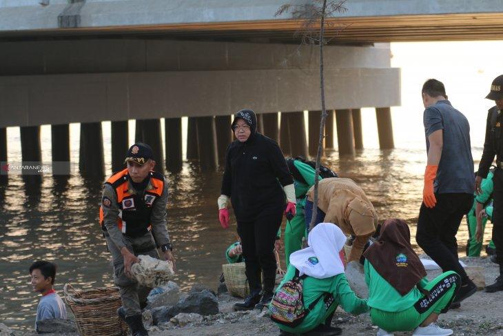 23,5 ton sampah dibersihkan dari pesisir pantai Surabaya