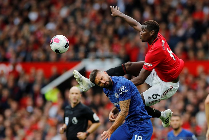 Manchester United optimistis pertahankan Pogba
