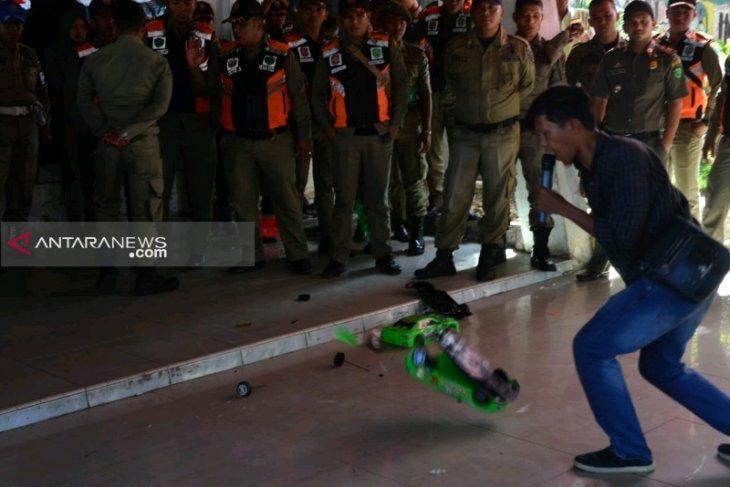 Mahasiswa demo DPRD Padangsidimpuan tolak pengadaan mobil dinas