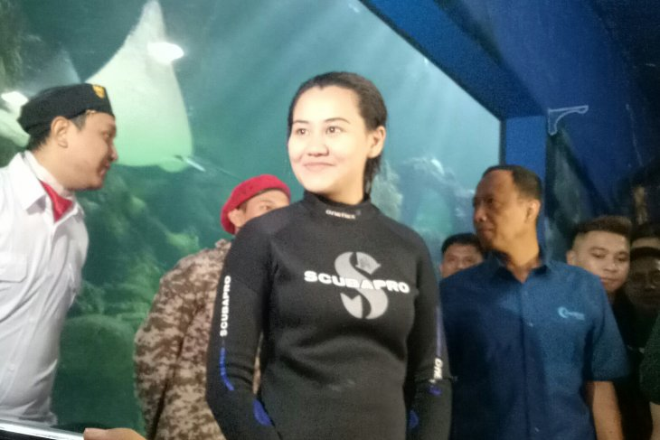 Aaliyah Massaid jadi pengibar bendera dalam air