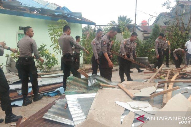 Puluhan polisi Kalbar bersihkan daerah terdampak puting beliung