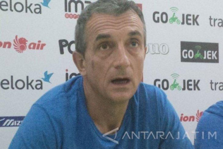 Pelatih  Milomir Seslija ingatkan pemain PSM untuk berlaga dengan hati