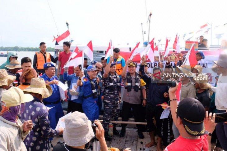 Polres-Lanal Tanjungbalai bagikan bendera kepada nelayan